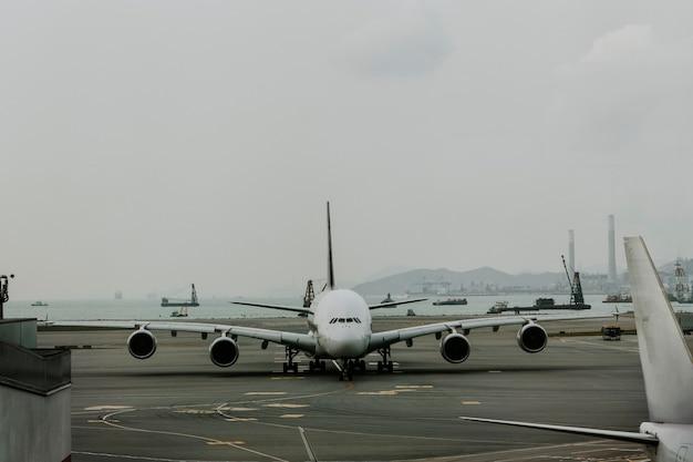 Avião estacionando no lado do ar