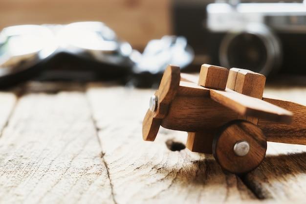 Avião modelo de madeira de balsa na mesa com conceito de viagem em espaço para cópia.