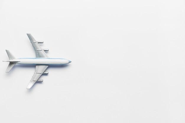 Avião modelo em um fundo branco