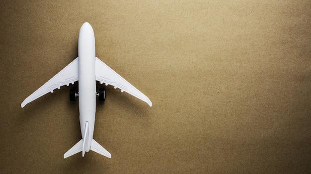 Avião modelo no fundo de papel velho.