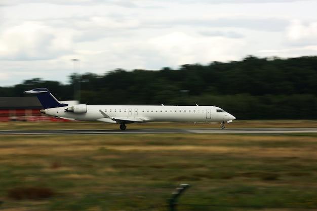 Avião na decolagem. grande avião na pista. pelo lado