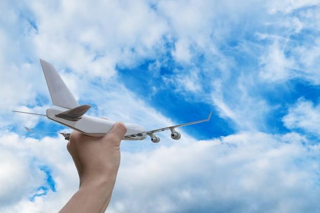 Avião na mão no céu azul