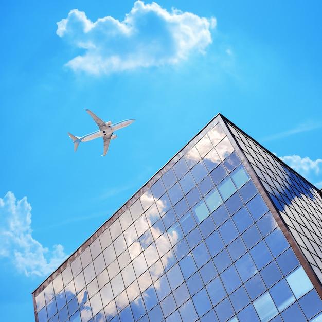 Avião no céu azul com nuvens perto de edifício moderno