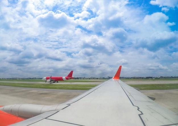 Avião no portão do terminal