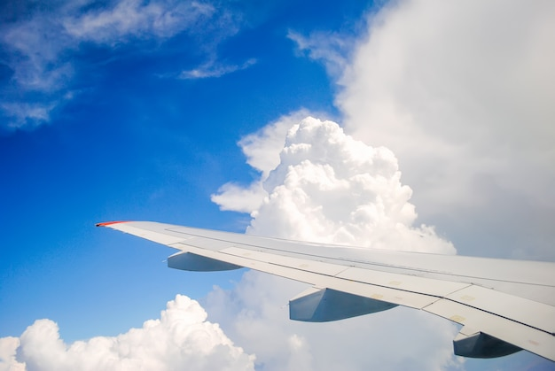 Avião pairando sobre nuvens cumulus