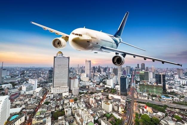 Avião para transporte sobrevoando a bela paisagem urbana