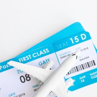 Avião pequeno com bilhetes