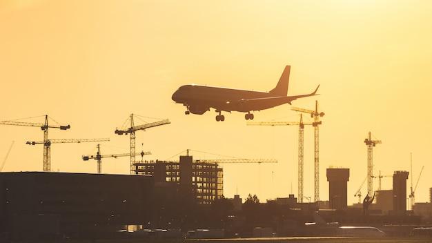 Avião pousando ao pôr do sol no aeroporto da cidade de londres