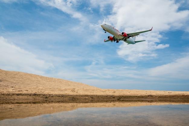 Avião pousando na praia de phuket tailândia