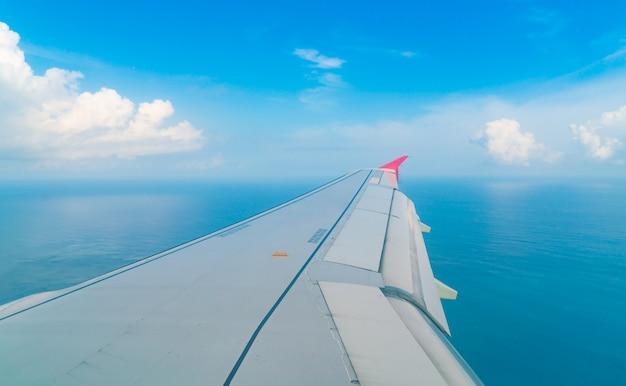 Avião que desce sobre um oceano azul à ilha de maldives.