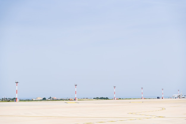 Avião que rola abaixo de uma pista de decolagem do aeroporto.