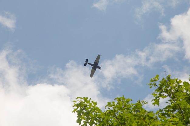 Avião retro no fundo do céu