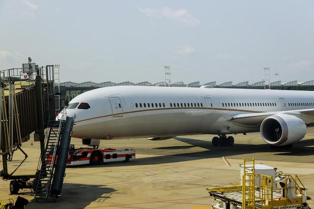 Avião se preparando para decolar no aeroporto internacional em viagem ao redor da vista frontal do avião pousado
