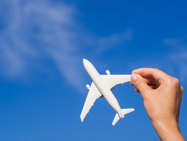 Avião sendo segurado por uma mão