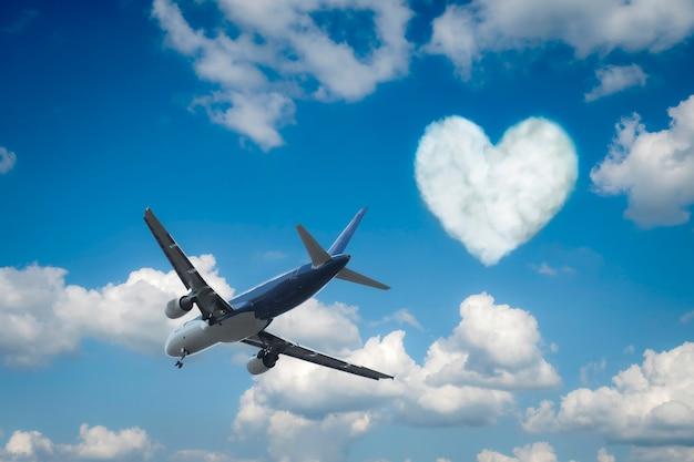 Avião sobre as nuvens e um coração