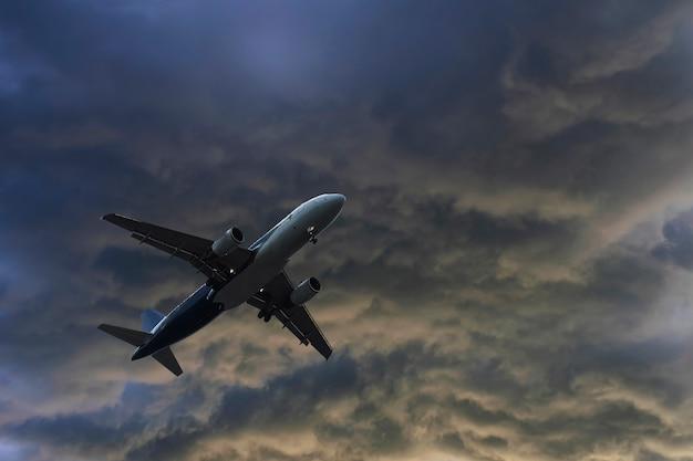 Avião sobre as nuvens