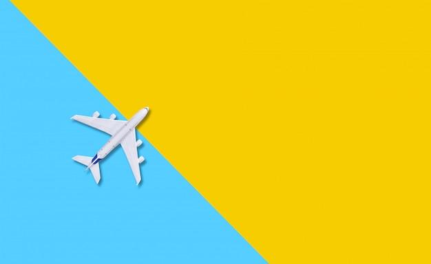 Avião sobre um fundo amarelo.