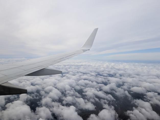 Avião sobrevoa nuvens cumulus