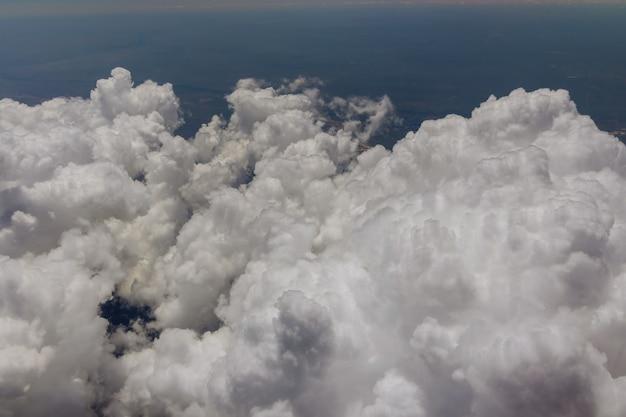 Avião sobrevoando o distrito da cidade de denver durante a aterrissagem vista da janela do avião lindo céu com fundo de nuvens