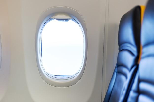 Avião vazio avião livre de passageiros, voo cancelado. assento de janela grátis. voo cancelado, sem viagens, pare a companhia aérea para evitar pandemia de coronavírus. quarentena de surto de vírus covid 19