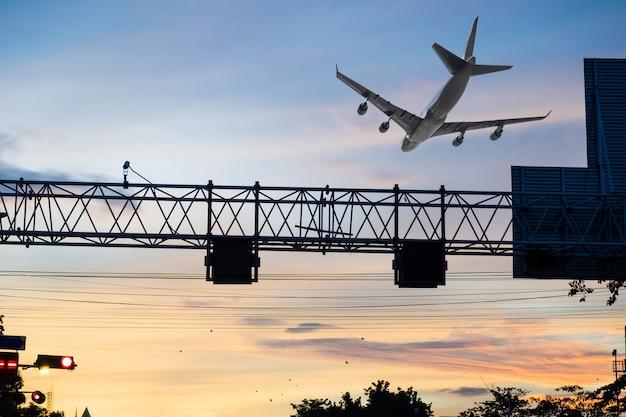 Avião voando sobre o pólo de sinais na capital