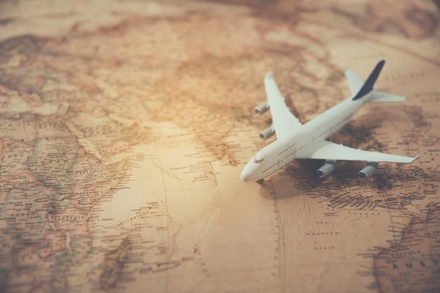 Aviões colocados em uma viagem de conceito de mapa