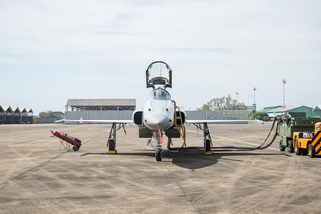 Aviões de caça estacionados.