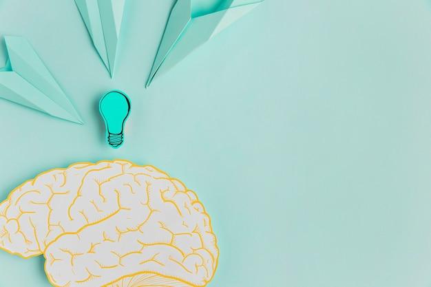 Aviões de papel apontando para o cérebro com cópia-espaço