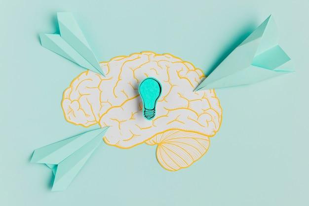 Aviões de papel apontando para o cérebro