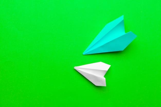 Aviões de papel branco e azul