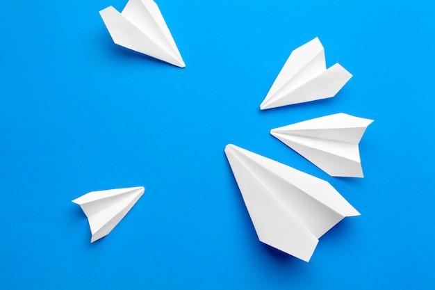 Aviões de papel branco