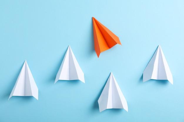 Aviões de papel na mesa azul