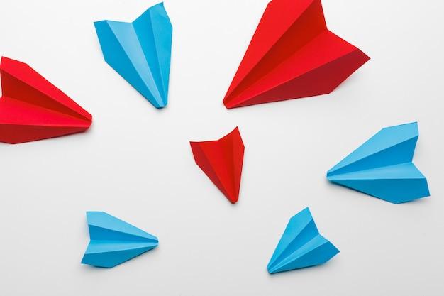 Aviões de papel vermelho e azul. conceito de concorrência de liderança e negócios