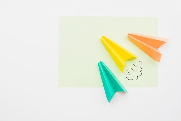Aviões de papel voando diagonalmente