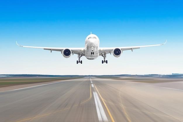 Aviões de passageiro com na aterrissagem de asfalto em um aeroporto da pista, borrão de movimento.