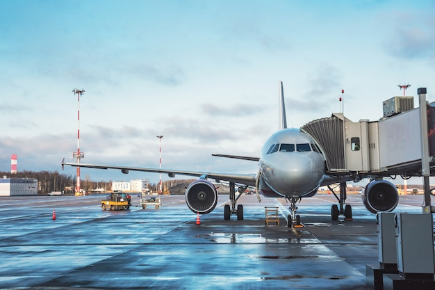 Aviões de passageiros com escadas de embarque, aguardando embarque de passageiros e bagagem antes da viagem do aeroporto de voo.