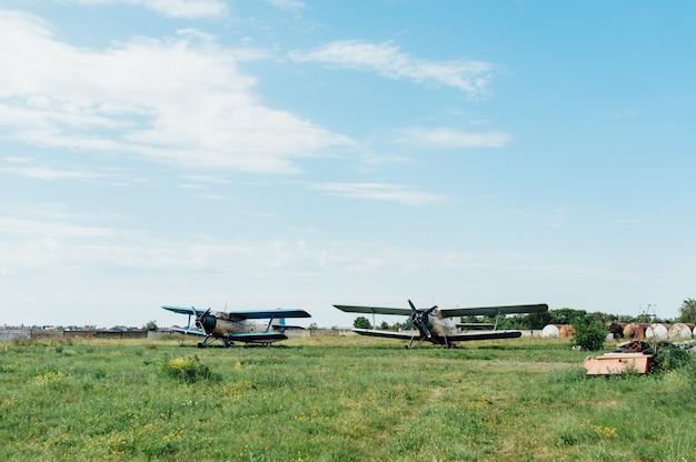 Aviões em pé na grama verde. ucrânia, 2016
