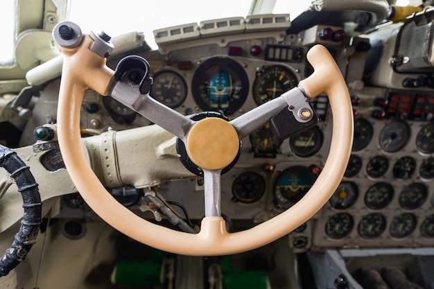 Aviões velhos do turboélice da cabine piloto.
