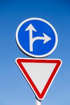 Aviso de sinal de trânsito e triângulo vermelho e azul e obrigação de círculo