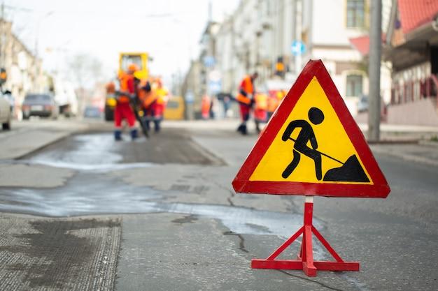 Aviso placa de rua no local de trabalho da estrada.