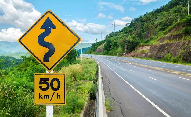 Aviso, sinal tráfego, ligado, metal, polaco, estrada sinuosa
