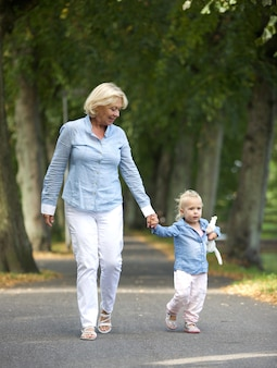 Avó andando com menina no parque