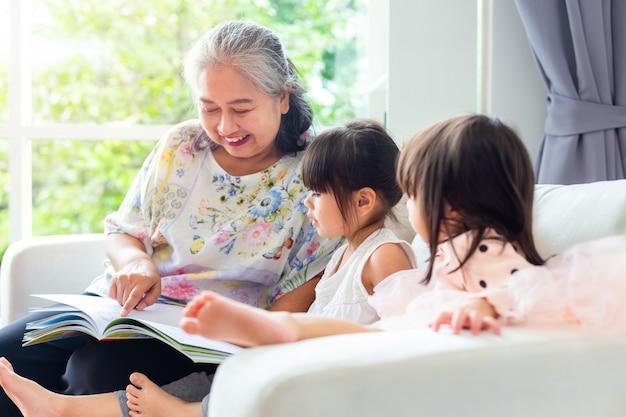 Avó asiática e neta na sala de estar