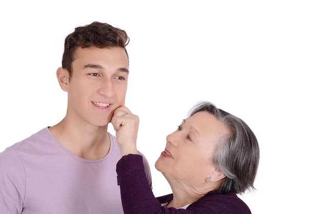 Avó beijando seu neto adolescente na bochecha