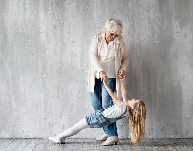 Avó brincando com menina