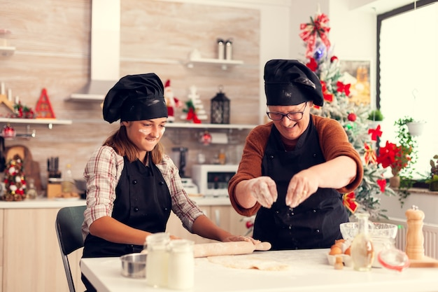 Avó com avental durante o dia de natal, assando e fazendo sobremesa