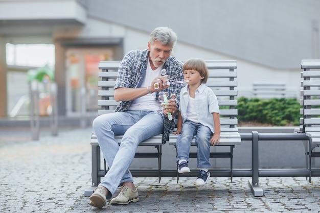 Avô com um neto em uma caminhada