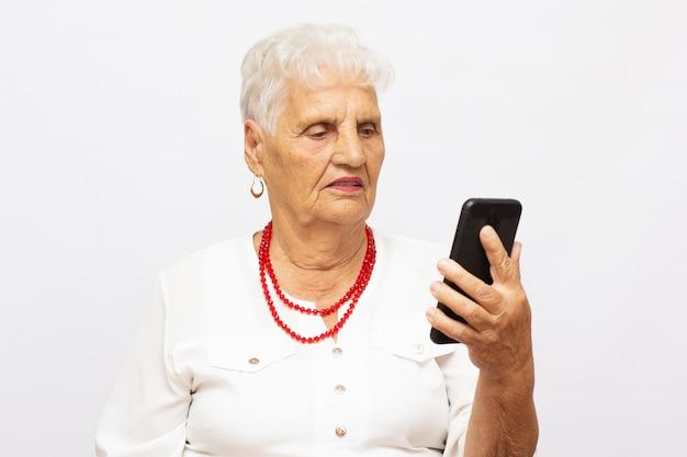 Avó de 90 anos falando no celular, chat de vídeo, cara feliz