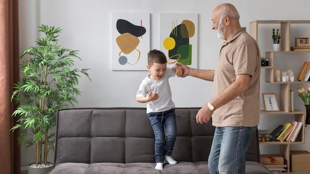 Avô de tiro médio brincando com criança