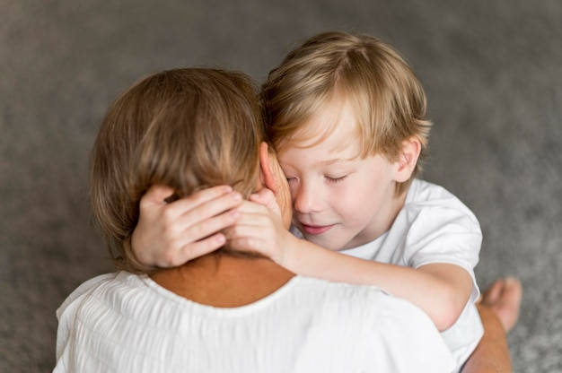 Avó e filha se abraçando